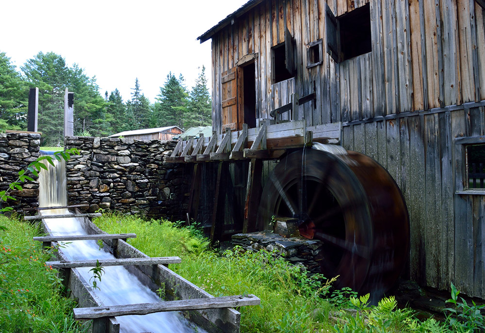 Mill with moving wheel